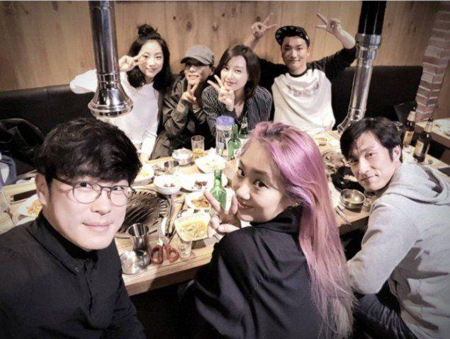 More Photos Of Descendants Of The Sun Cast And Crew At A Dinner Gathering Revealed Allkpop Com It Cast Descendants Korean Entertainment