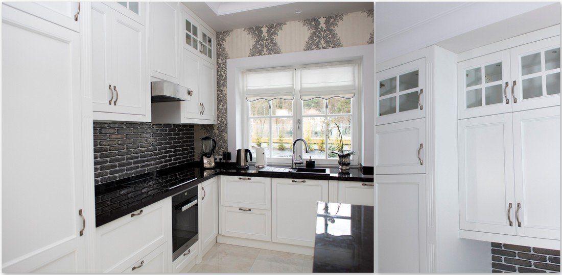 Nowoczesna Kuchnia W Stylu Glamour Proste Eleganckie Biale Meble W Polaczeniu Z Czarnymi Blatami Nadaja Charakter Pomieszcz Home Kitchen Cabinets Home Decor