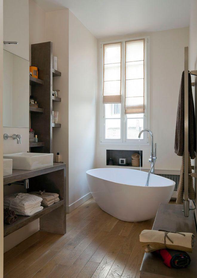 Une petite salle de bains avec baignoire bathroom for Petite salle de bain avec baignoire