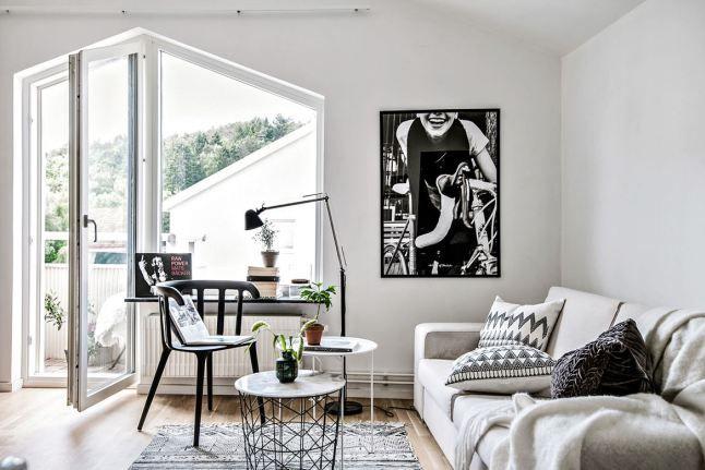 Jurnal de design interior: Garsonieră cu șemineu într-o mansardă din Suedia
