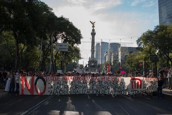 Manifestación en diciembre del 2013 contra el aumento de precio al boleto del Metro. Foto: Cuartoscuro.