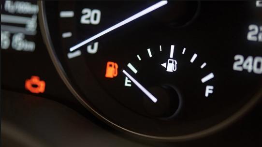كم كيلو متر يمكن قيادة السيارة بعد إضاءة لمبة الوقود Car Vehicle Gauge Vehicles