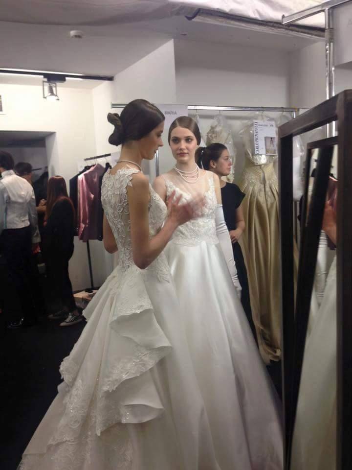 modelle in camerino, abito sposa a destra con abito semplice, con guanti lunghi abbinati. abito sposa a sinistra, con trasparenze sulla schiena, strascico dietro