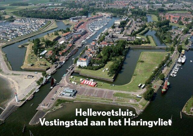 Bezoek Hellevoetsluis, oude vestingstad aan het Haringvliet Hellevoetsluis heeft een grote rol in onze maritieme geschiedenis gespeeld. Vroeger al zag men dat de haven van Hellevoetsluis aan het Haringvliet een perfecte ligging had. Niet gek dus dat de Nederlandse Marine hier neerstreek en werk bood aan honderden Hellevoetsluizers. Met de komst van de Nieuwe Waterweg werd de haven minder noodzakelijk en toen de Marine in 1921 definitief vertrok was het gedaan met de eens zo bedrijvige stad.