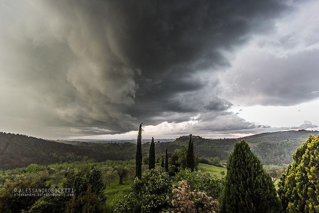 Temporale in arrivo su Murlo. Foto di Alessandro Boletti su https://www.flickr.com/photos/bolelway/13908599828/lightbox/ - #Siena #Murlo