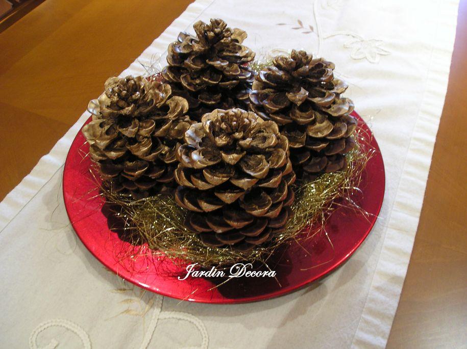 Centro de mesa navide o con pi as jardin decora for Centros de mesa con pinas