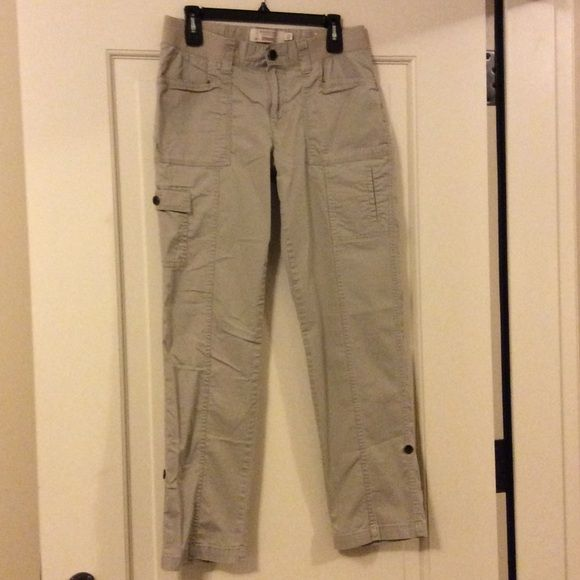 "Sonoma Khaki Straight Fit Cargo Pants, size 10 Excellent condition Sonoma straight fit cargo pants, size 10. They can also be rolled up and secured with a hidden tab and button. Khaki in color, they measure 38"" long, 34"" long rolled, 30"" inseam, 11"" rise. Worn twice. Sonoma Pants Straight Leg"