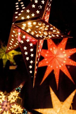 Lanternen und Sterne auf dem Christkindlesmarkt Nürnberger