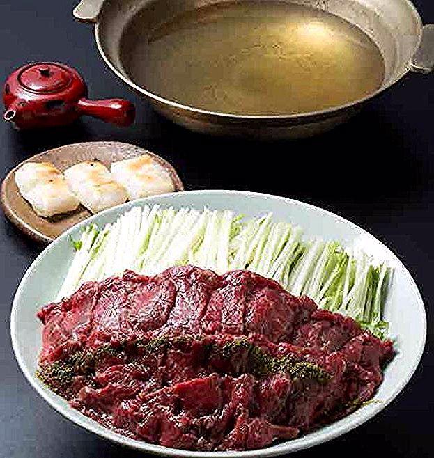 知ってる?「ハリハリ鍋」 わかりやすくいえば、鯨(クジラ)肉と水菜のしゃぶしゃぶ。じつは、鯨と水菜が相性がいいんです。水菜が鯨赤肉のクセを消してくれて、水菜の程よいアクが赤肉とマッチする、大阪の味ですね♪ 写真は、近日発売「大阪料理~関西割烹を生み出した味と食文化~」より。 #知ってる? #大阪料理 #大阪 #ハリハリ鍋 #くじら #鯨 #肉 #水菜 #しゃぶしゃぶ #鍋 #割烹 #伝統 #料理 #関西 #日本料理 #魚 #文化 #近日発売 #レシピ #フォトジェニック #アレンジ #旭屋出版 #asahiya_pub #osaka #traditional #japanese #food #cooking #photo #recipe