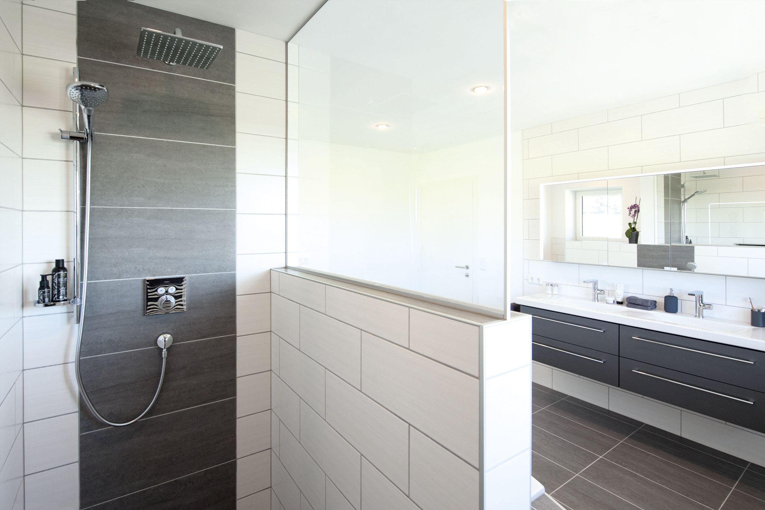 Frei Begehbare Glasdusche Mit Bodenebenem Einstieg Regenbrause Handbrause Und Thermostatarmatur Trapezformige Bad Badezimmer Doppelwaschtisch Glasduschen