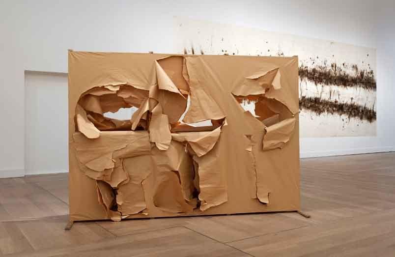 Saburo Murakami, Muttsu no ana, 1925-1996, artiste japonais membre fondateur du mouvement d'avant-garde Gutaï, il s'illustre dans le groupe par ses performances, actes éphémères, qui ne laissent que des traces photographiques et montrent la précarité du geste. En 55, il marque le premier salon Gutaï par une performance, traversant des cadres successifs de papier tendus. Il continua ensuite à réaliser des happenings à travers le monde.