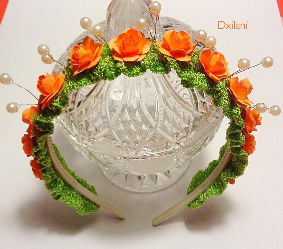 Diadema tejida en crochet con perlas y flores.