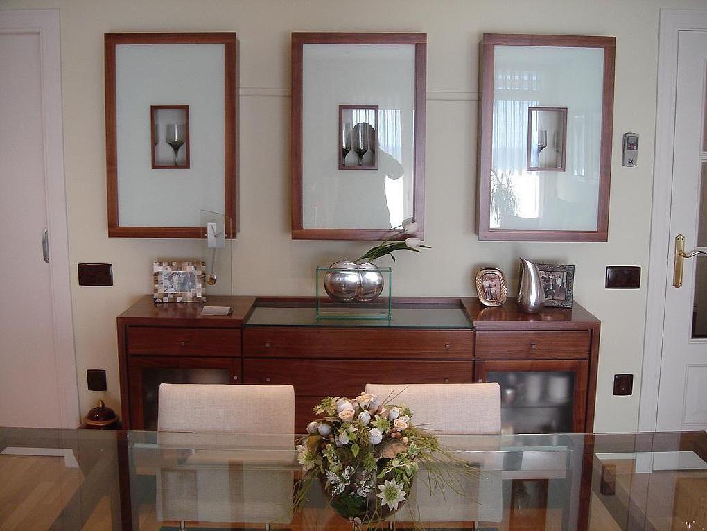 Conjunto de comedor con mesa de vidrio bufet de madera y for Mesa vidrio