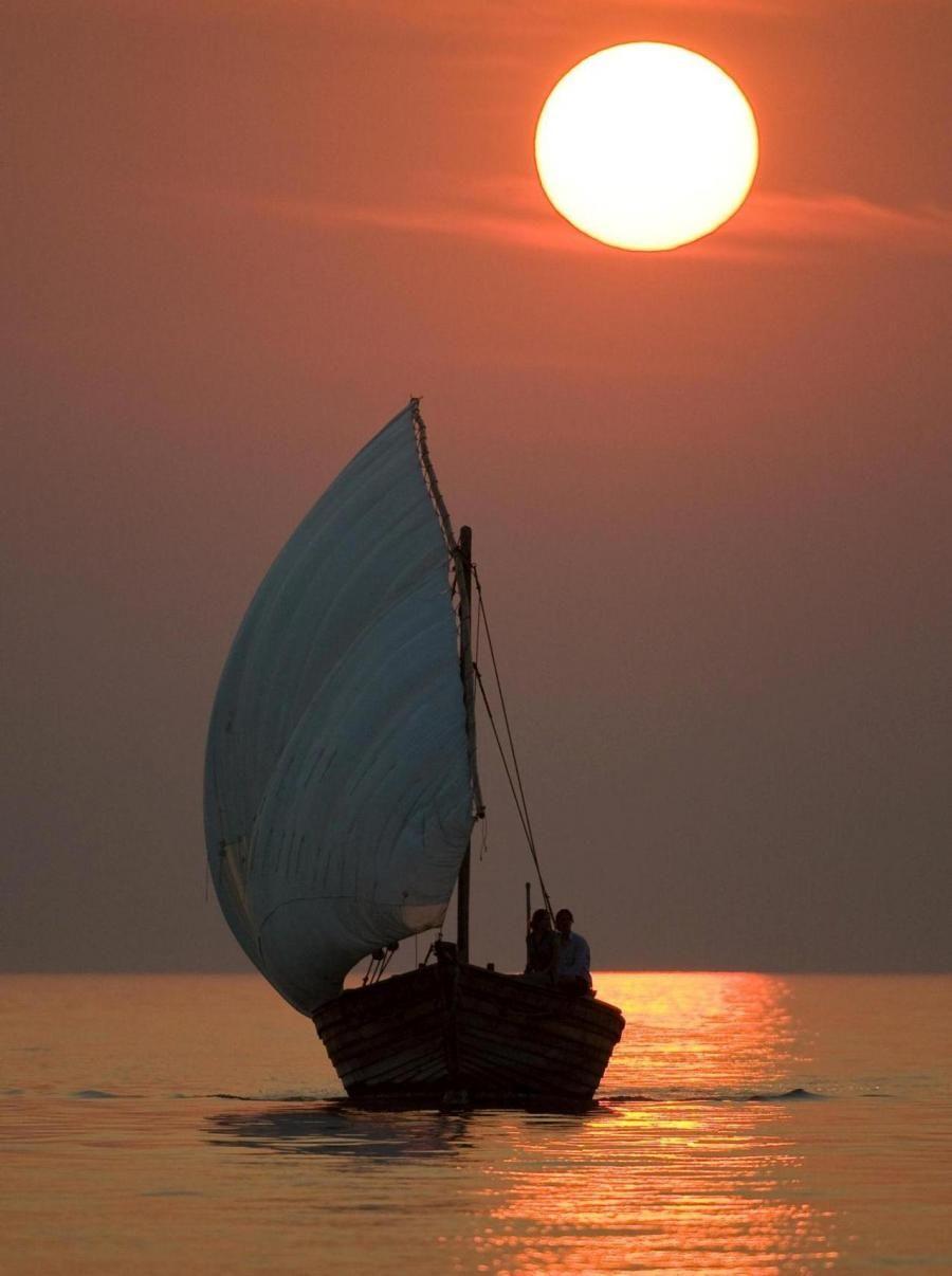 voilier au coucher de soleil la mer pinterest le coucher de soleil le coucher et couchers. Black Bedroom Furniture Sets. Home Design Ideas