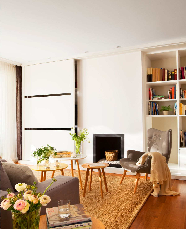 Mueble de salón con televisor y chimenea. Tres mesillas de centro y ...