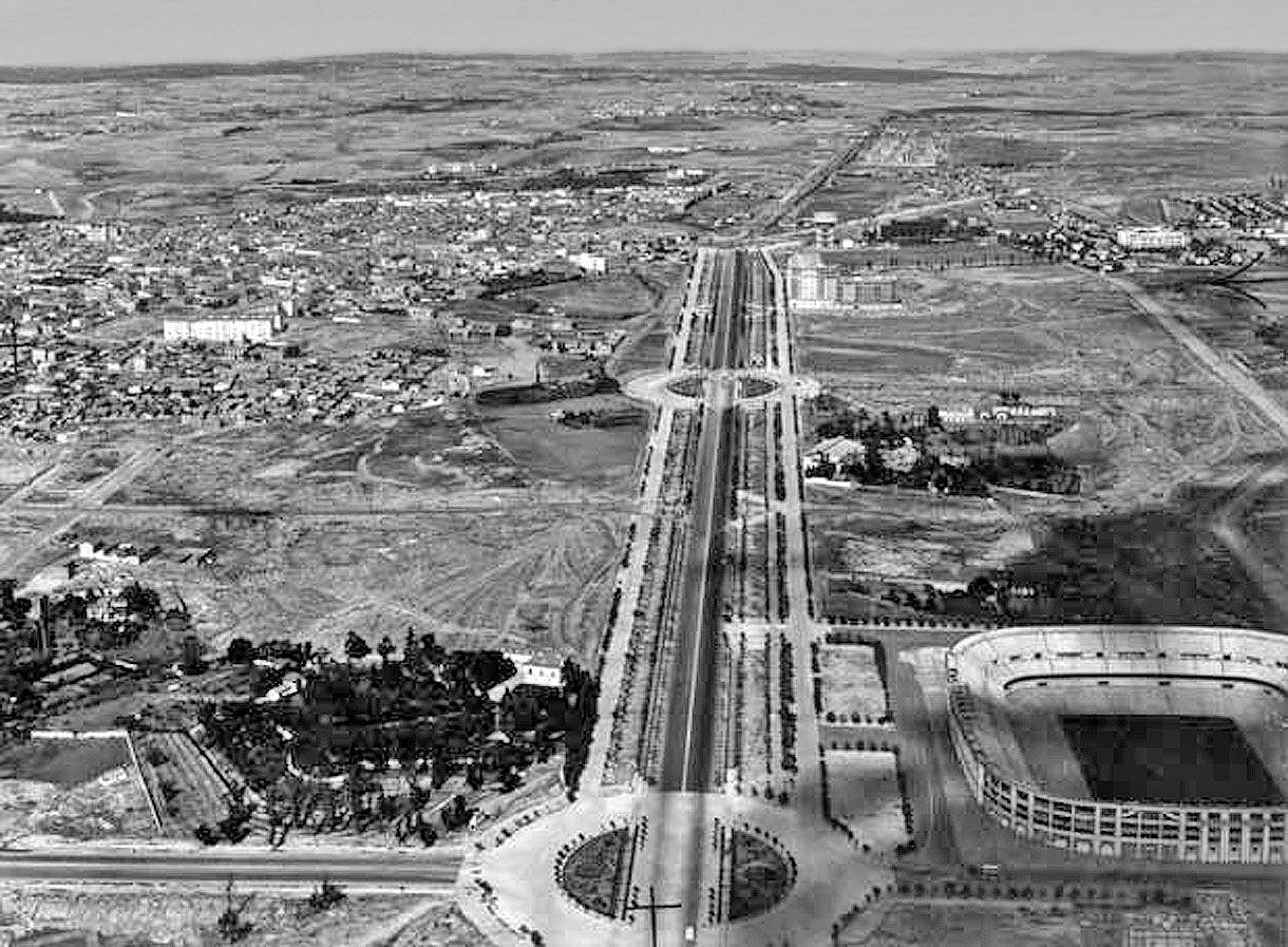 En el eje central el Paseo de la Castellana, al fondo izquierda ...