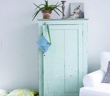 Salon bleu et blanc avec petite armoire vert jade
