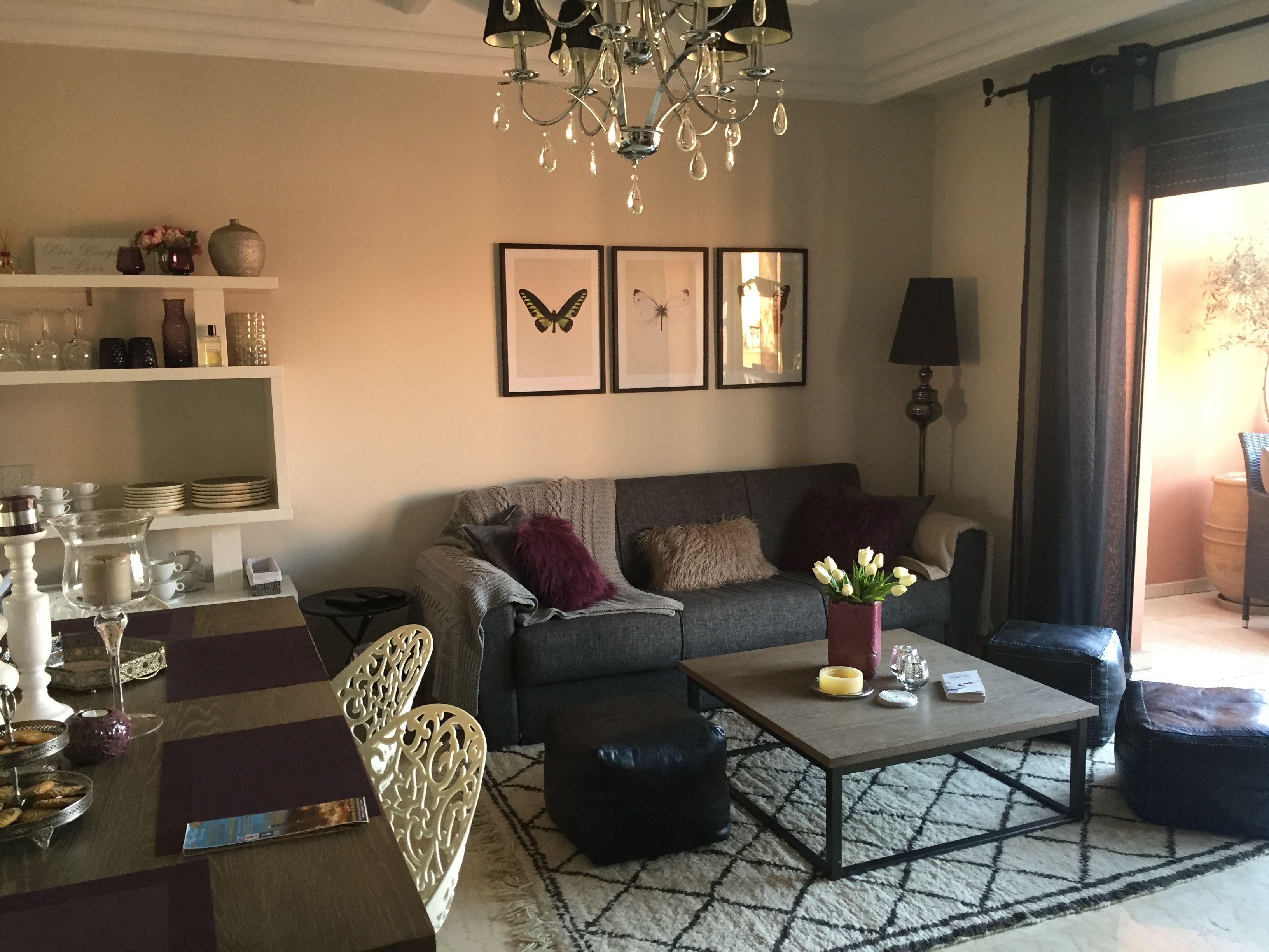 Salon chic tableau papillon gris et prune tapis bniwarine pouf en ...