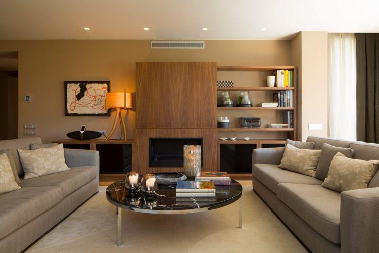 Beige Wandfarbe Wohnzimmer Wohnwand Holz Couchtisch Sofas #interiordesign