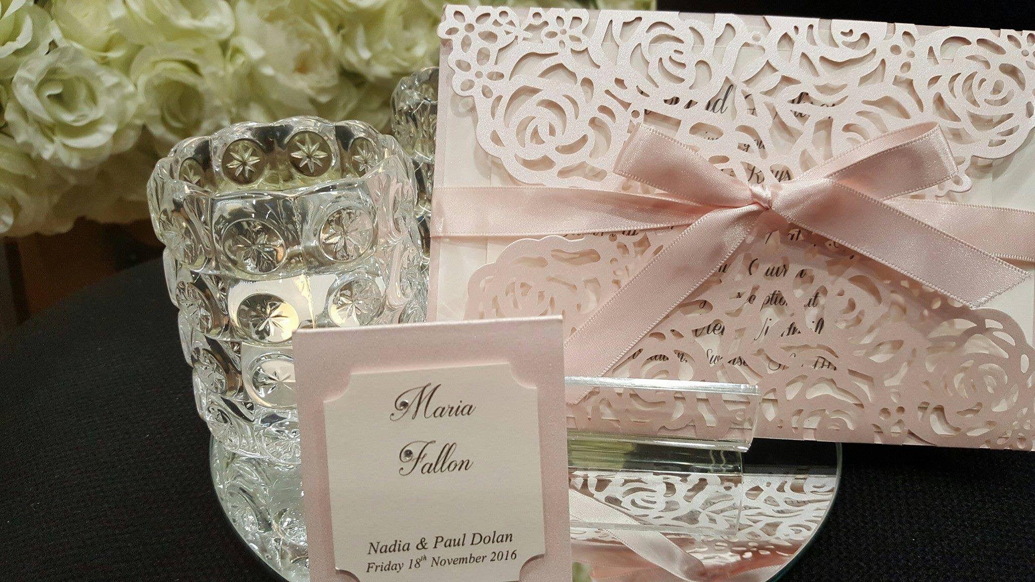 Faire part mariage chic et boheme Pochette laser cut en forme de roses
