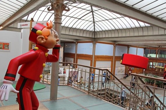 O povo Belga é muito ligado as histórias em quadrinhos. Há em Bruxelas, inclusive, fachadas de prédios desenhadas nesse estilo e um museu dedicado aos desenhos, o Centre Belge de la Bande Dessinée. Curiosidade: Os desenhos Tintin e os Smurfs foram criados por ilustradores belgas.