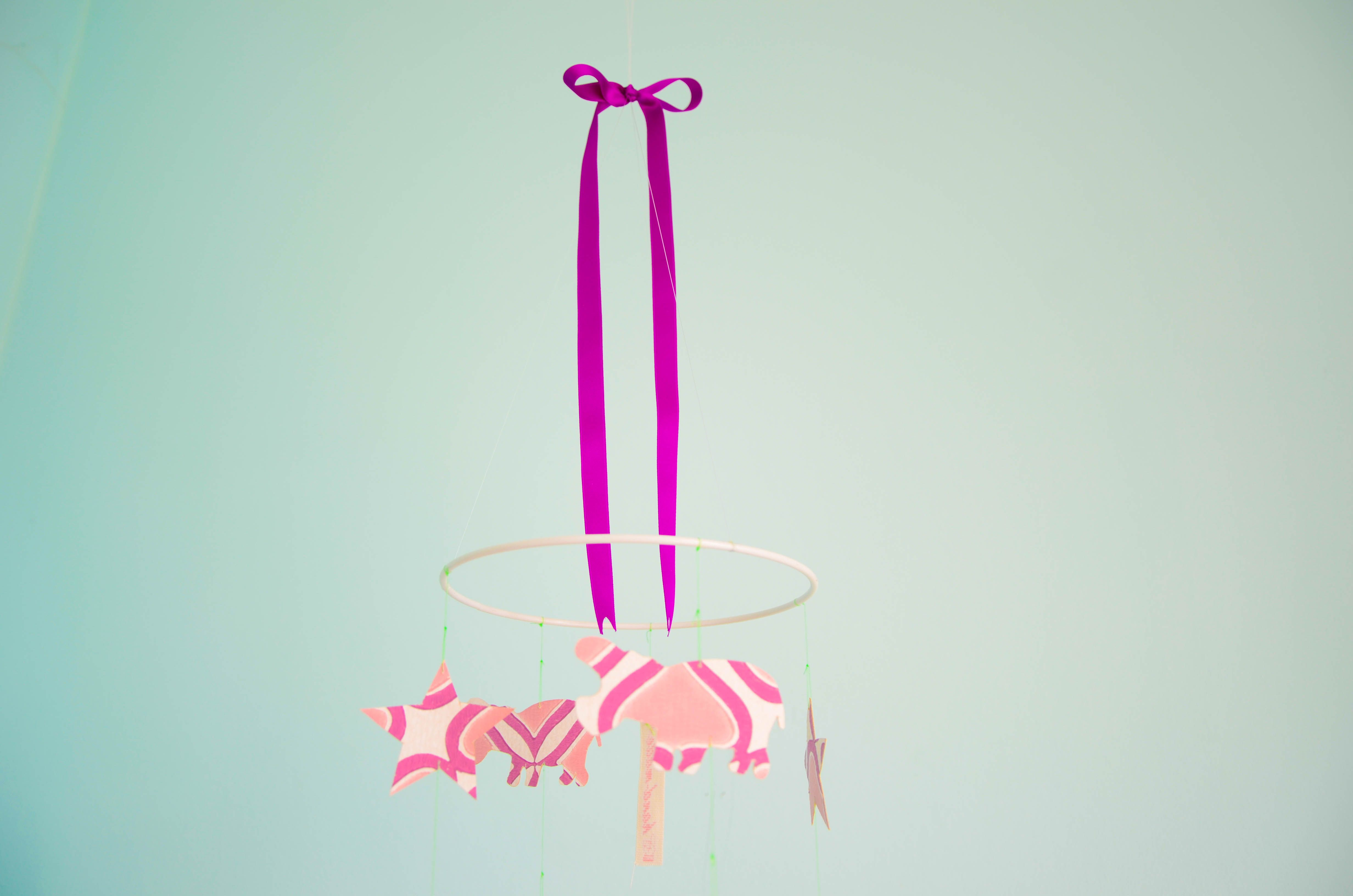 mobile, sterne & nilpferde aus tapete, #rehkitz #lila #rosa #stern ... - Kinderzimmer Deko Lila