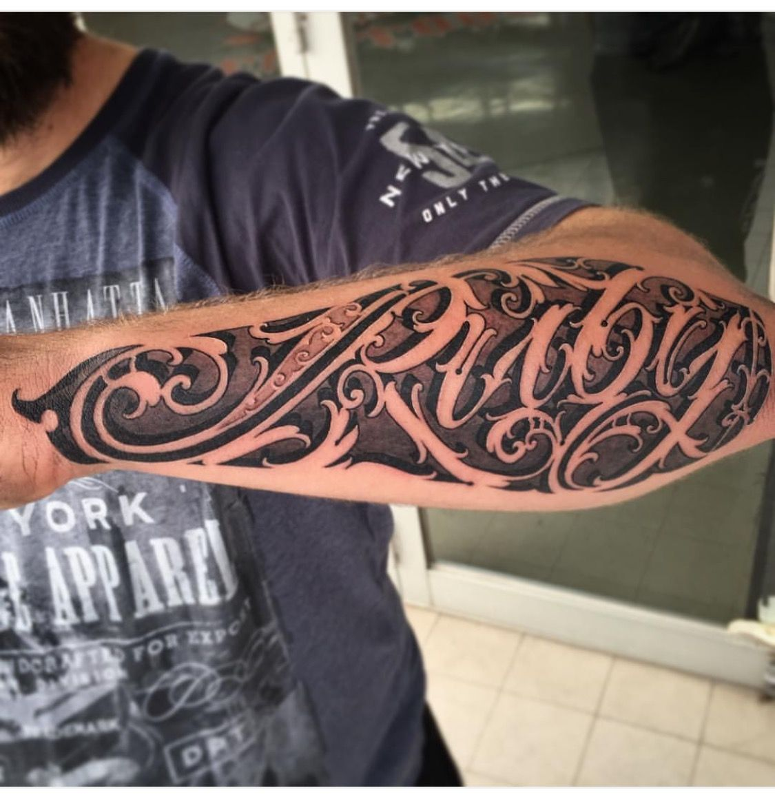 Pinterest Lovemebeauty85 Tatuajes De Nombres Disenos De Tatuajes Para Hombres Tatuajes De Nombres En El Brazo