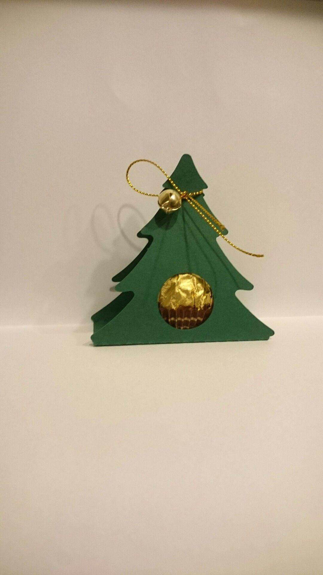 Süße kleine Bäumchen mit Rocher als Gastgeschenk grün mit Glöckchen dawanda: Adile_K_deko oder DekoYou auf Pinterest #kerstideeën