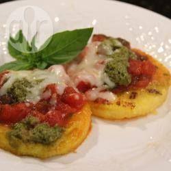 Foto de receta: Polenta crocante con salsa de tomates, pesto y mozzarella