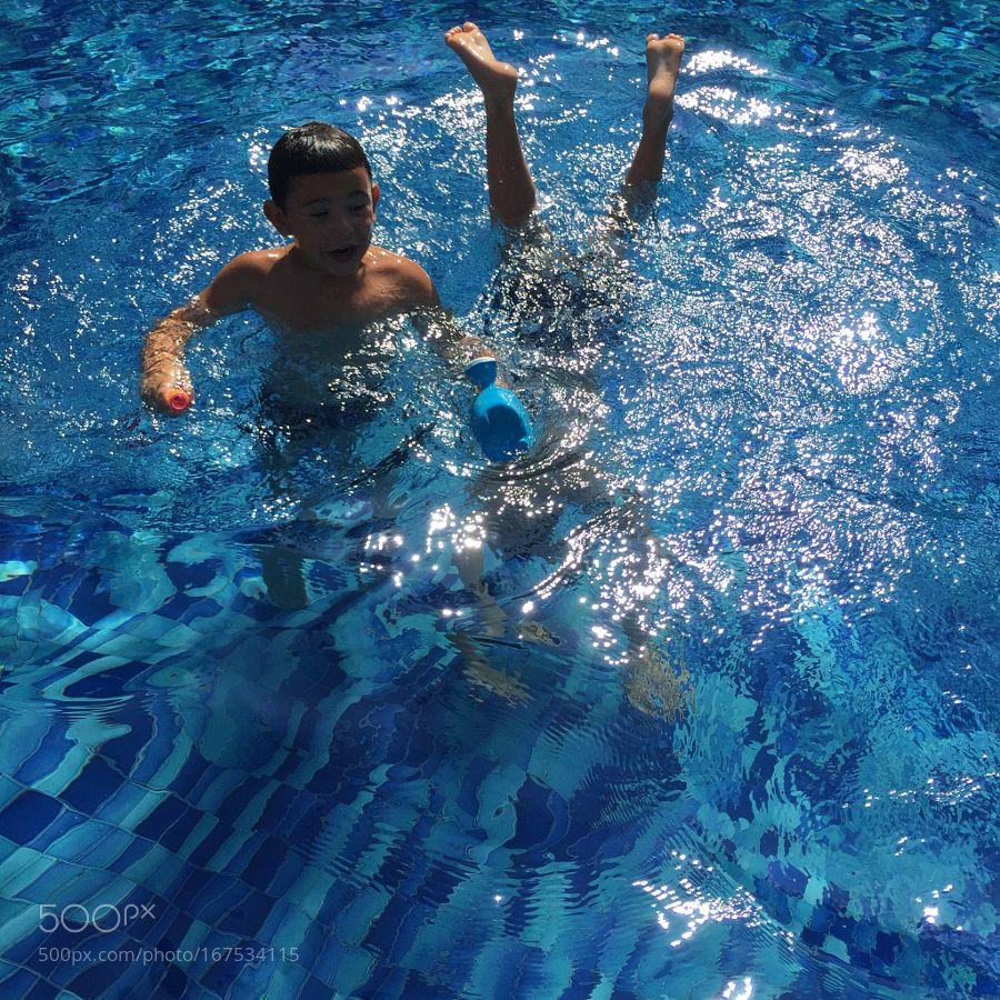 Divirtiendose en la piscina by AnnaMariaAlcaina