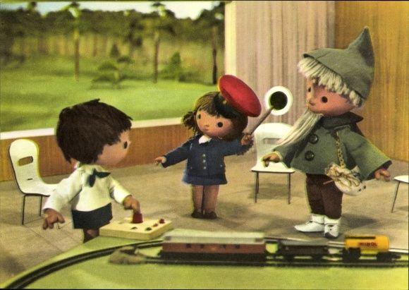Ansichtskarte / Postkarte Sandmännchen, DDR Kinderfernsehen, Spielzeugeisenbahn, Schaffneruniform