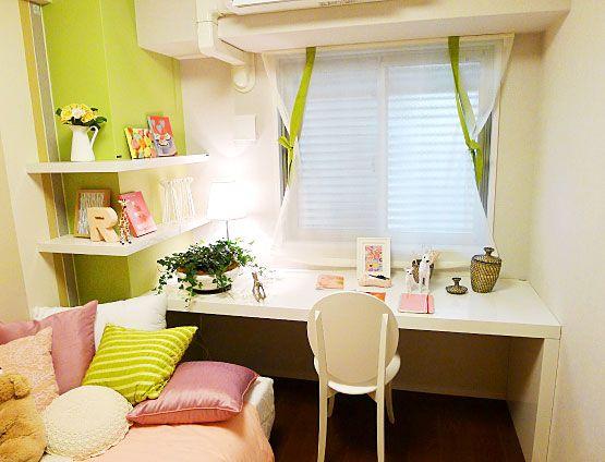 K252 活発な女の子の部屋 明るく可愛らしい女の子のお部屋。柱に取り付けた飾り棚にお気に入りを並べて。