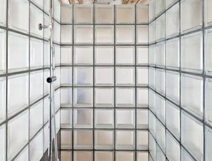 Mettons des briques de verre dans la salle de bains pav - Salle de bain pave de verre ...