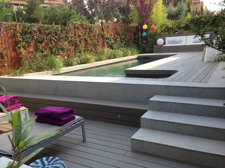 Piscina de obra con escalera exterior y gresite verde for Piscina 50 metros sevilla