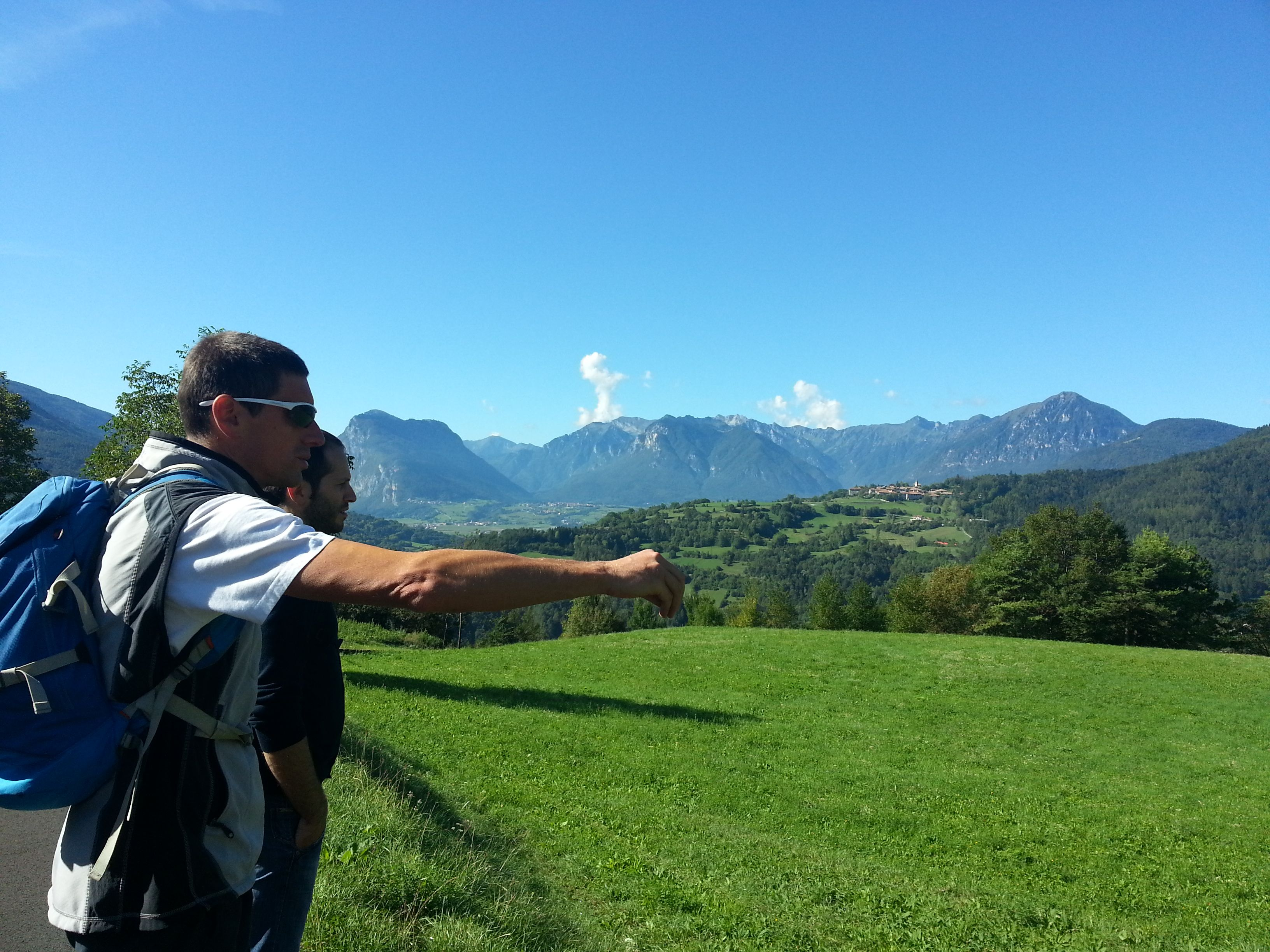 Ammiriamo il #panorama della #comanovallesalus e con l'aiuto delle #guide del #parco #adamello #brenta riconosciamo le vette e le #DolomitidiBrenta #visitacomano #trentino #trekking e #vacanzanatura a #kmzero
