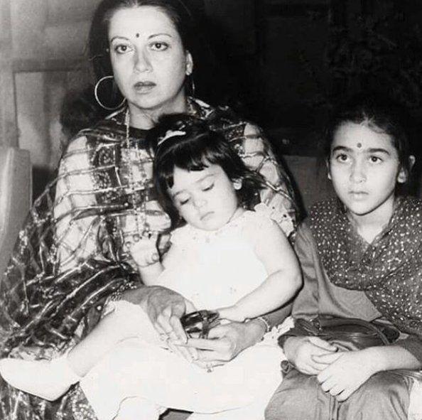 This Childhood Photo Of Kareena Kapoor Karisma Kapoor With Babita Is Too Sweet Bollywood Movies Vintage Bollywood Bollywood