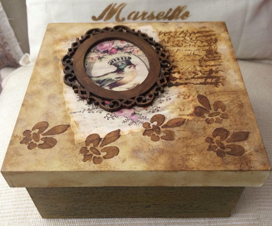 Caja hecha a mano con aplique y decapado estilo vintage por RN