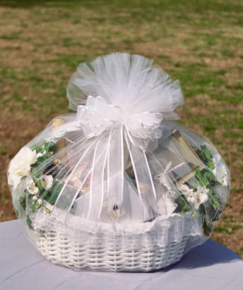 How can I decorate a wedding basket?