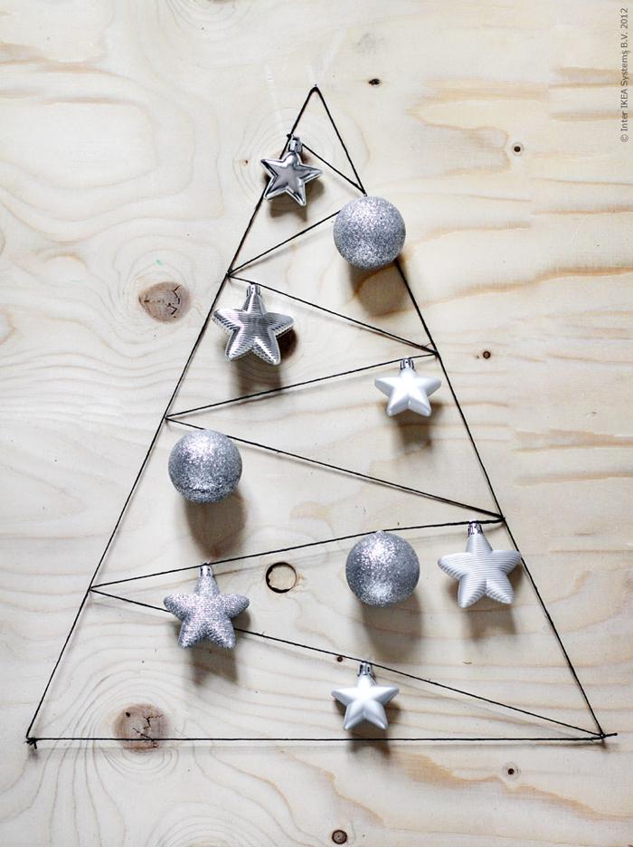 Una bacheca, un filo, degli spilli e delle palline... e l'albero di Natale in ufficio è fatto! :)