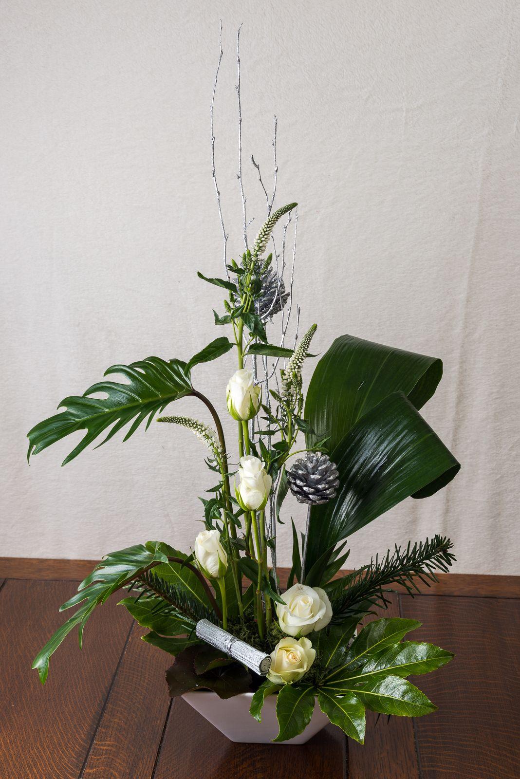 Contemporary Christmas Table Arrangement Contemporary Flower Arrangements Ikebana Arrangements Flower Arrangements