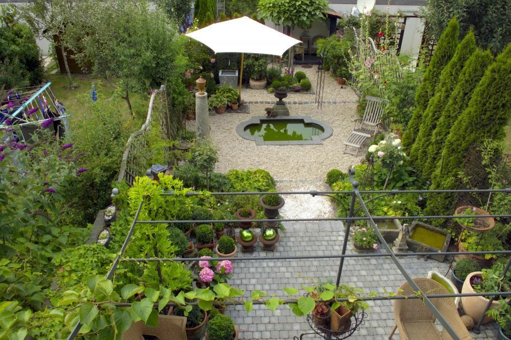 Attraktiv Dieser Reihenhausgarten Wirkt Geräumig Und Gut Proportioniert. Dafür Sorgen  Unter Anderem Die Unterschiedlichen Bodenbeläge Und Die Engstelle In Der ...