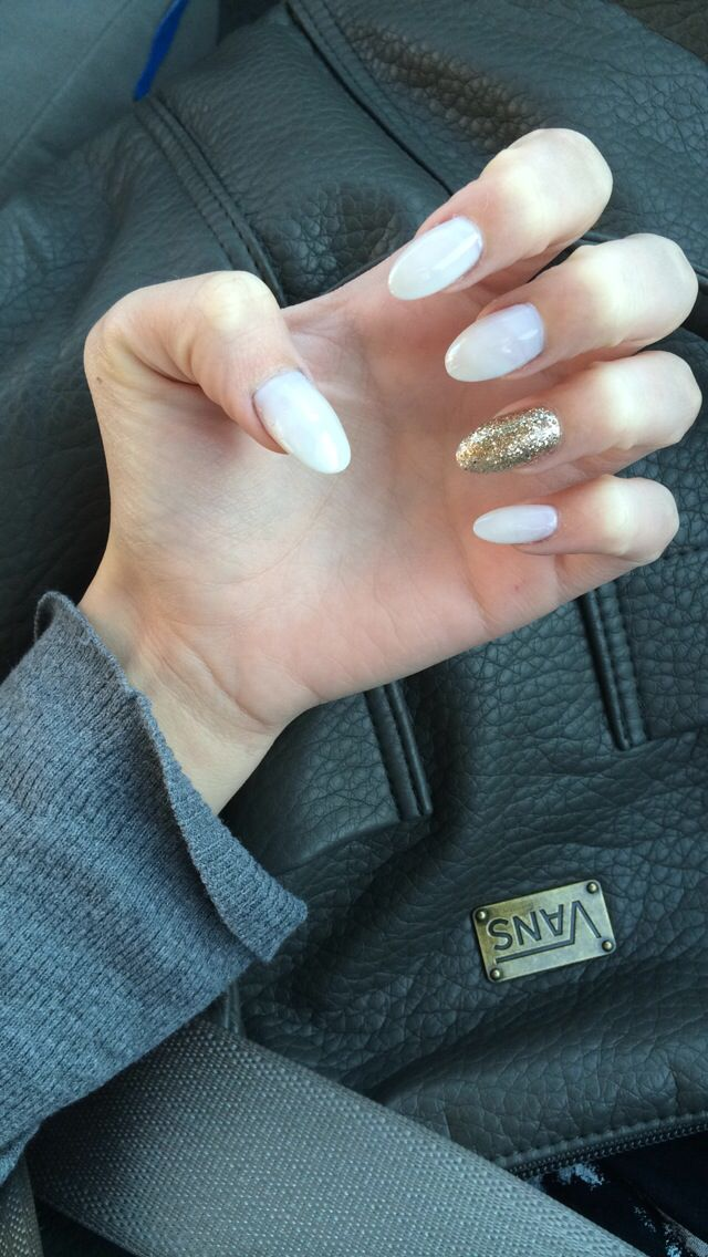 White Almond Shape Acrylic Nails With Gold Accent Gold Acrylic Nails Gold Nails Acrylic Nails Stiletto