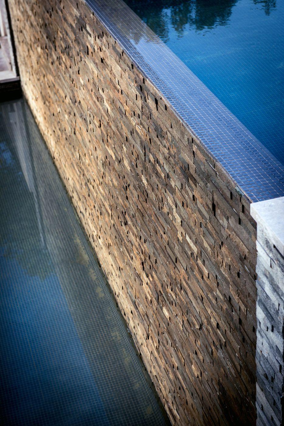 piscine a déborderment, mur de pierre, jardin contemporain ...