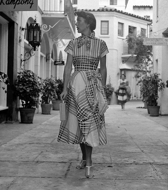 Such a charmingly lovely 1950s summer dress featuring a bow neck and matching bow on the hip. #vintage #1950s #fashion #dress