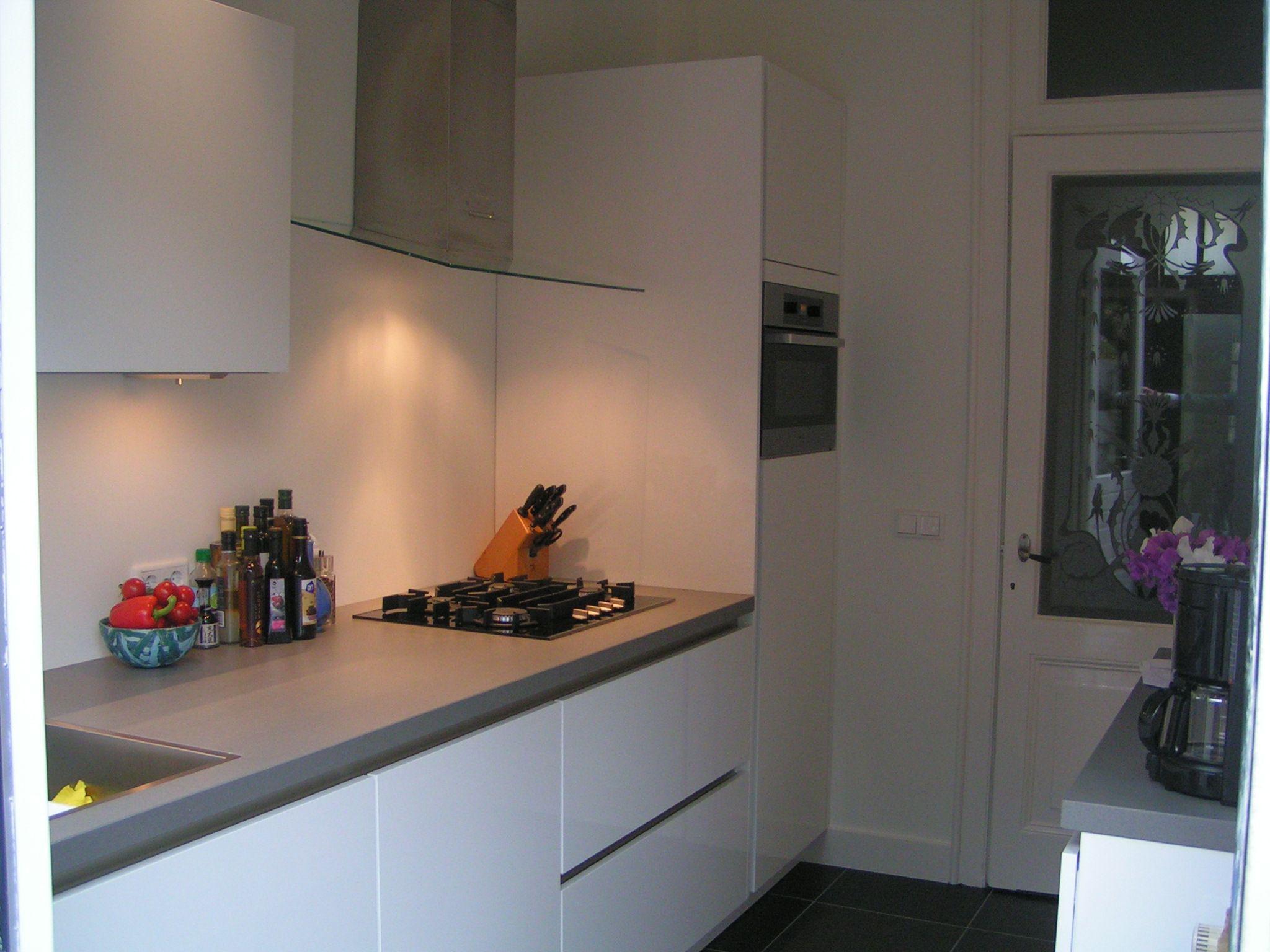 Keuken Design Hilversum : Lotuswit hoogglans greeploze keuken met edelstaal greeplijst en