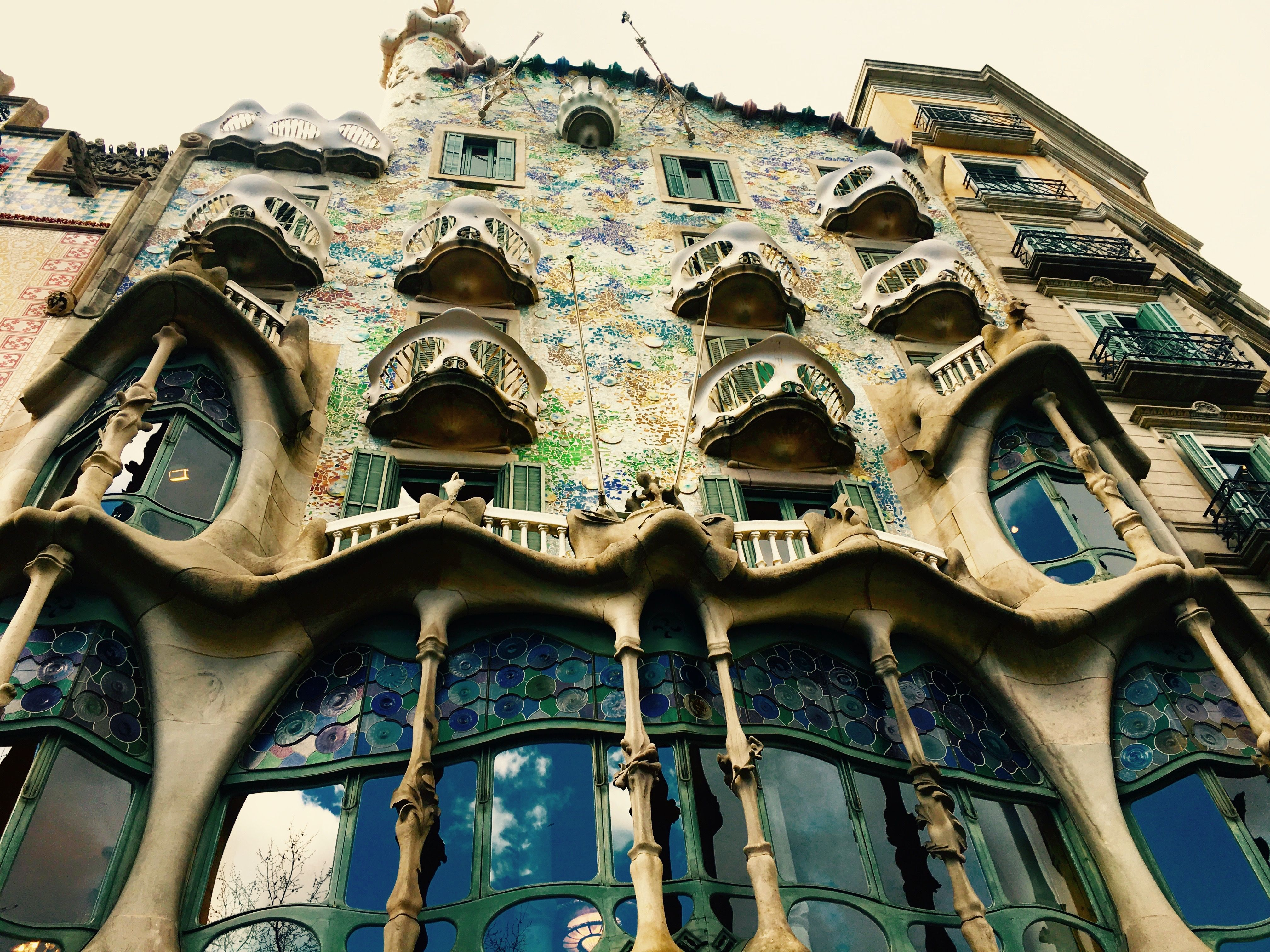 casa battlo antoni gaudi here is one of gaudi 39 s most famous works from the facade the. Black Bedroom Furniture Sets. Home Design Ideas