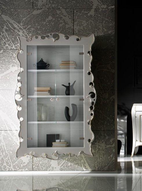 Vetrina in legno con cornice traforata e ante in vetro