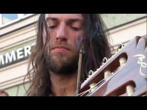 ▶ Street musician Estas Tonne - The Song of the Golden Dragon - Stadtspektakel Landshut 2011 - YouTube