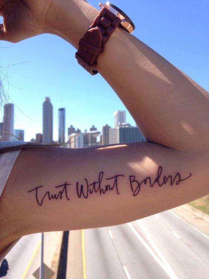 Schrift Tattoo am Oberarm eine Uhr eine Hand mit Muskel ein weiser ...