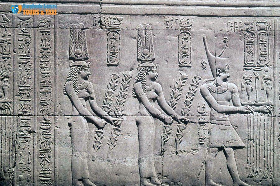 الملكة كليوباترا الثانية اشهر ملكات مصر القديمة عصر الأسرة البطلمية لــ الحضارة الفرعونية وما هي اسرار الصراع مع أخيها الملك بط Egypt Travel Greek Statue Egypt